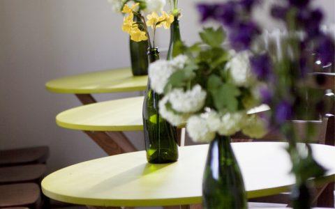 stolek s lahví